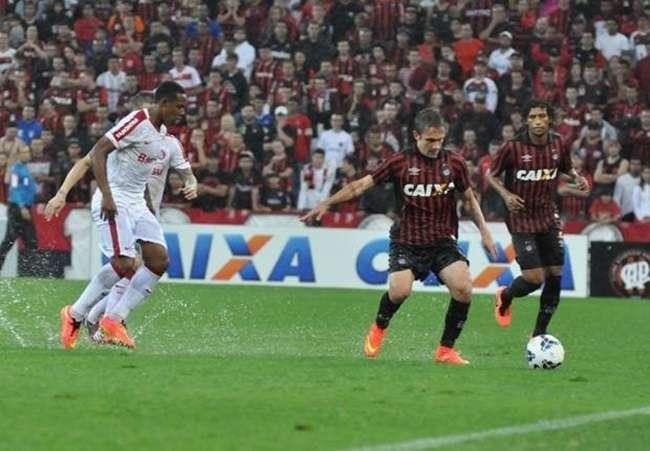 Inter surpreende o Atlético-PR e vence em Curitiba