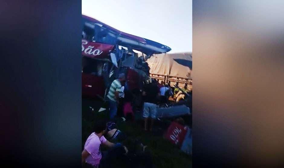 Acidente entre ônibus e carreta deixa mortos e feridos na BR-364, em Jataí