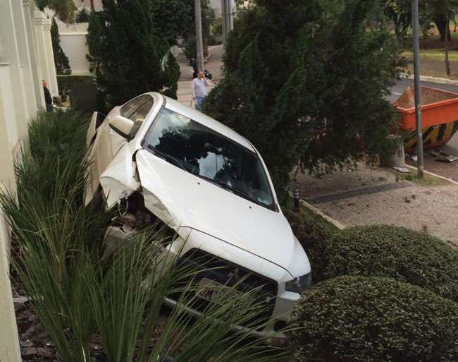 Motorista perde o controle da direção e invade jardim de prédio no Setor Oeste
