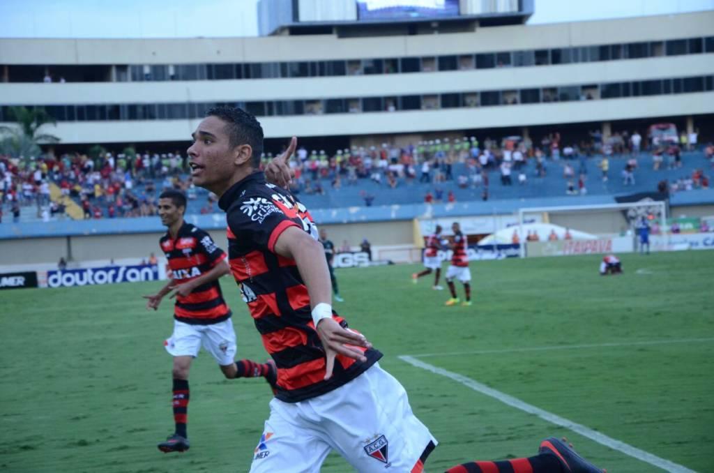 Atlético-GO vira sobre o Goiás e abre seis pontos de vantagem para o Vasco