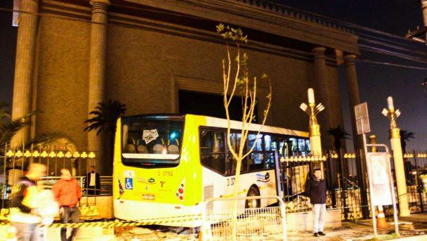 Ônibus invade Templo de Salomão após bater em carro