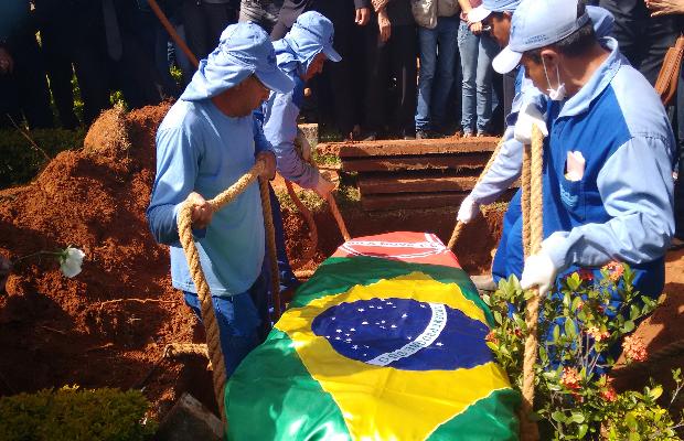 Corpo do cantor Cristiano Araújo é enterrado em Goiânia