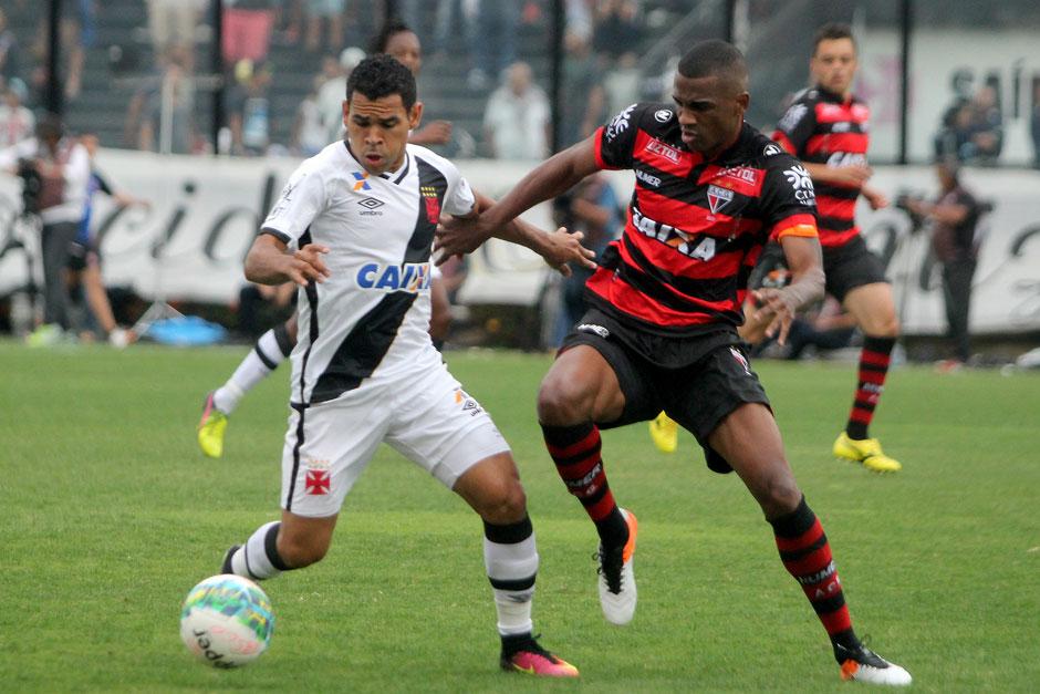 Vasco derrota o Atlético-GO e se isola na liderança da Série B do Brasileiro