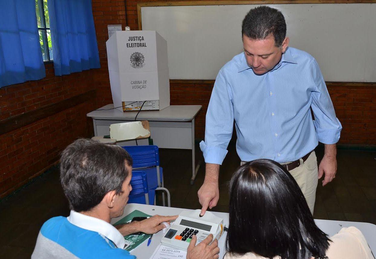 Ao votar em Palmeiras de Goiás, Marconi diz que o voto fortalece a democracia