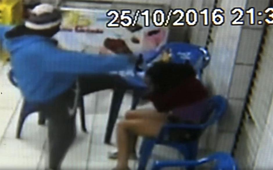 Homem espanca ex-namorada em bar no interior de SP