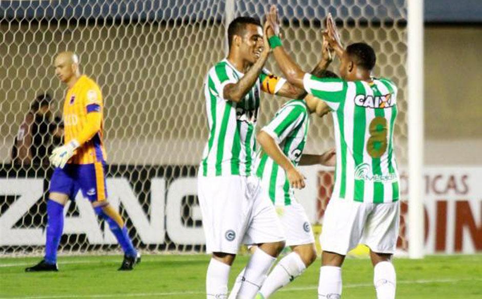 Com gols apenas no primeiro tempo, Goiás goleia o Paraná por 4 a 0 na Série B