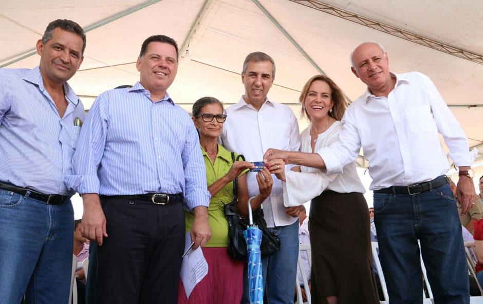 José Eliton participa da entrega de cartões do Renda Cidadã para 470 famílias de Posse