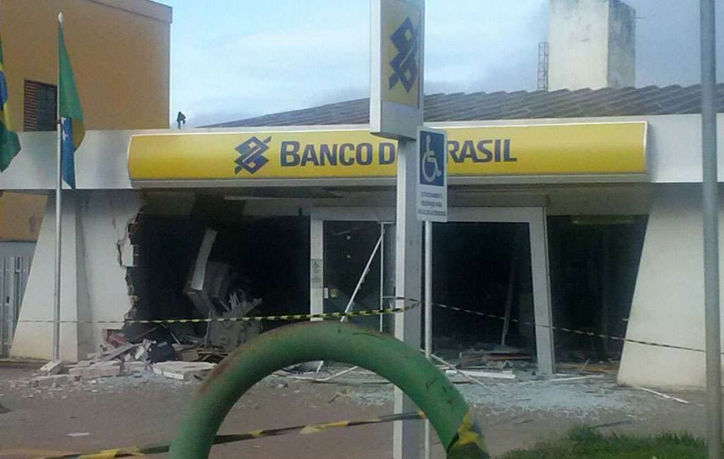 Bandidos explodem caixas eletrônicos em agência bancária de Itapaci