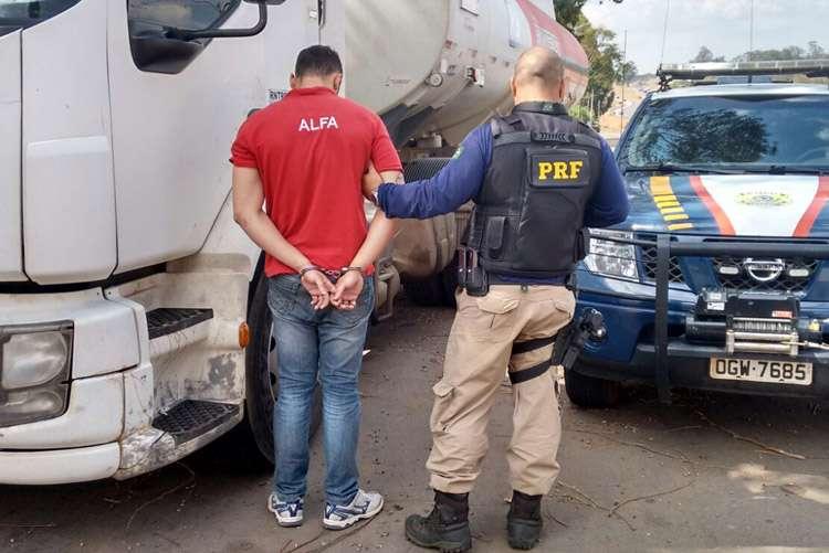 Carregada com combustíveis, carreta roubada é recuperada pela PRF duas horas após assalto
