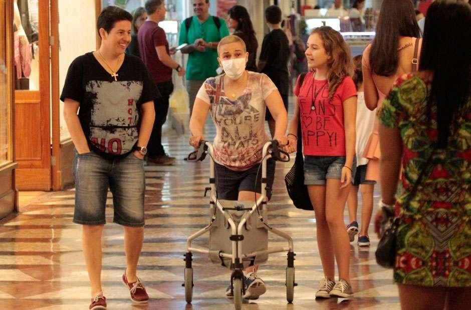 Claudia Rodrigues é vista em shopping caminhando com a ajuda de um andador