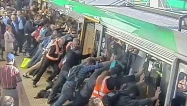 Câmeras registram ação de passageiros para salvar homem preso em trem