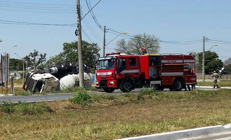 Caminhão de combustível tomba no Anel Viário, em Goiânia