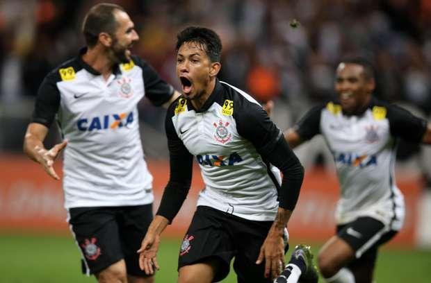 """Corinthians vence Coritiba e pode ser campeão """"no sofá"""""""