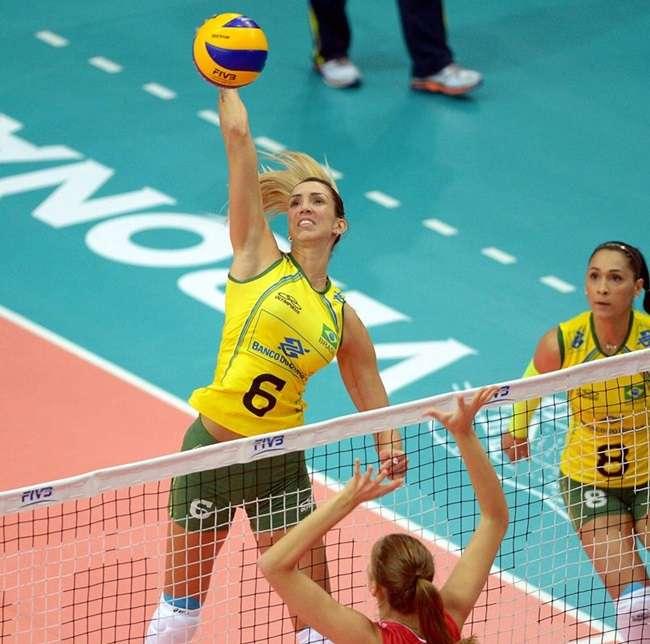 Invicto, Brasil bate Rússia após grande virada no vôlei
