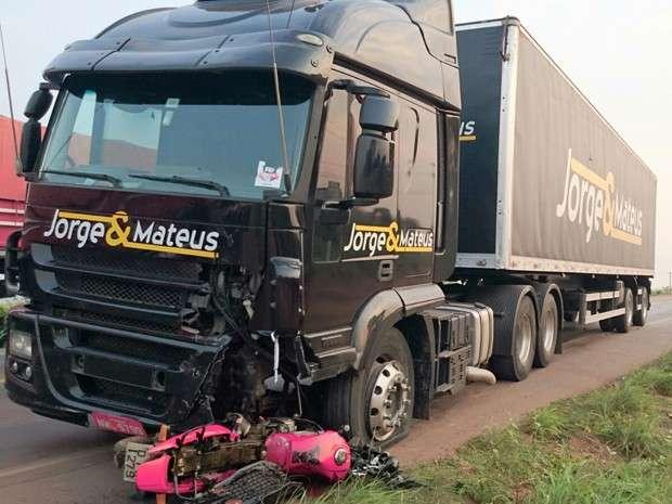 Acidente com carreta da dupla Jorge e Mateus deixa um morto em estrada do Maranhão
