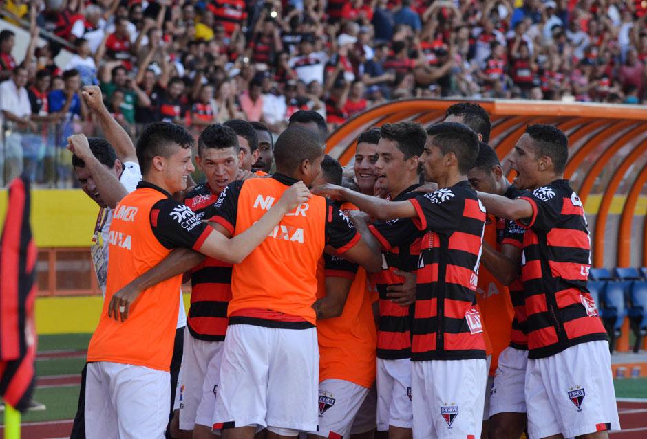 Atlético-GO vence bem o Avaí e se mantém na liderança da Série B