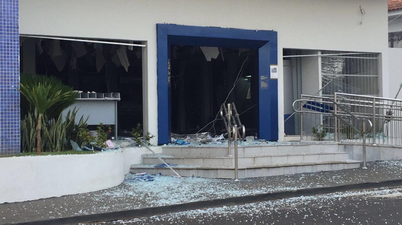 Criminosos detonam explosivos em agência bancária de Ipameri