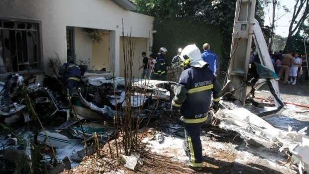 Duas pessoas morrem em queda de avião em bairro de Curitiba