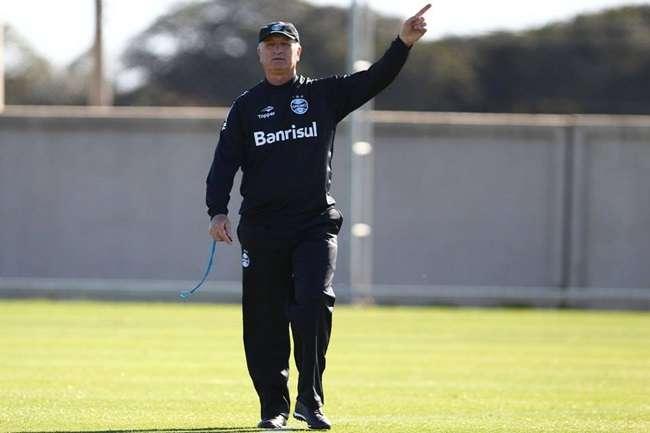Grêmio: Barcos deixa treino com dores e abre espaço garoto da base