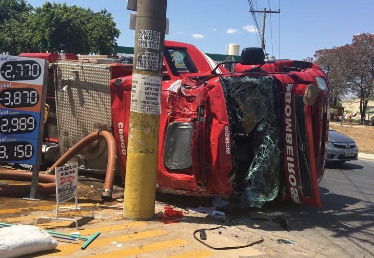 Caminhão do Corpo de Bombeiros tomba em rotatória no Jardim Presidente, em Aparecida