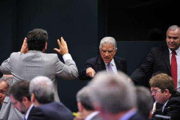 Anúncio de sub-relatorias na CPI da Petrobras provoca bate-boca