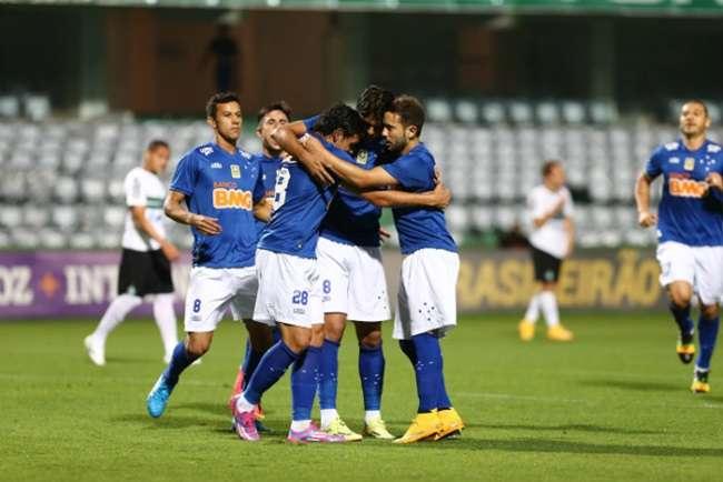 Cruzeiro bate o Coritiba e mantém folga na liderança