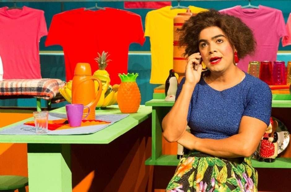 """Rose, """"a doméstica das bicha"""", faz show de humor em Goiânia"""