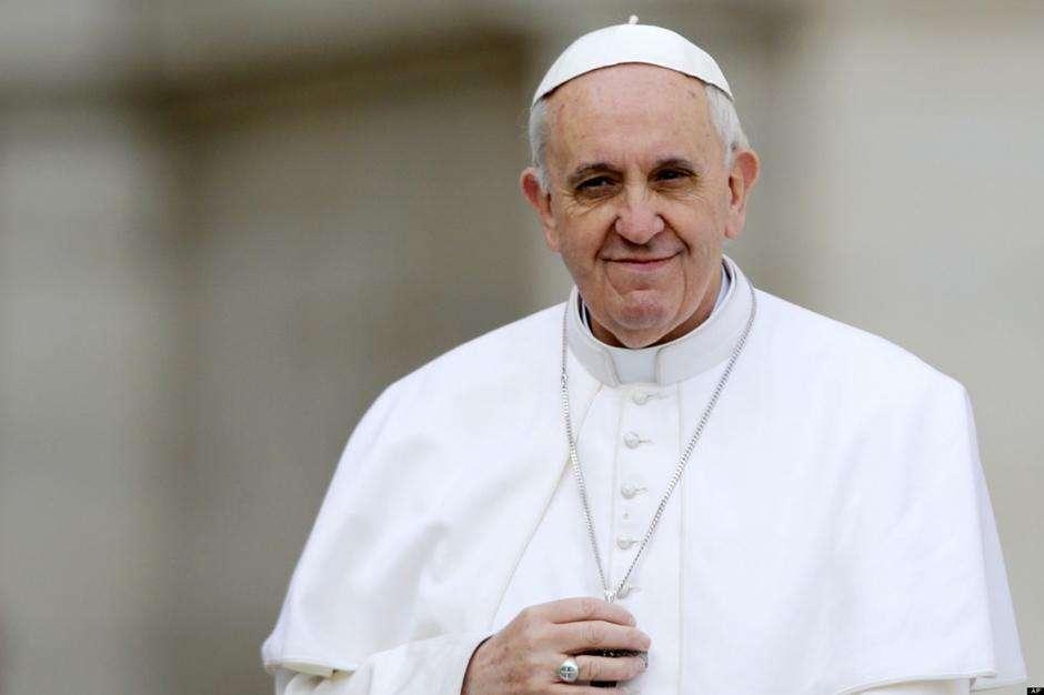Papa Francisco diz que Igreja deve pedir desculpas aos homossexuais