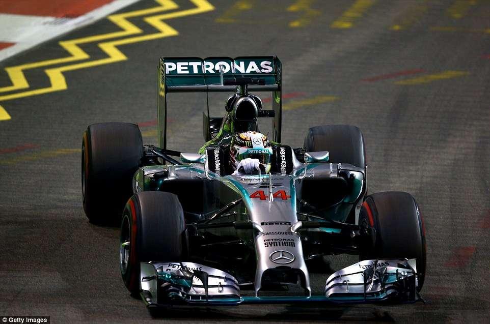 Hamilton vence em Cingapura e vira líder na Fórmula 1