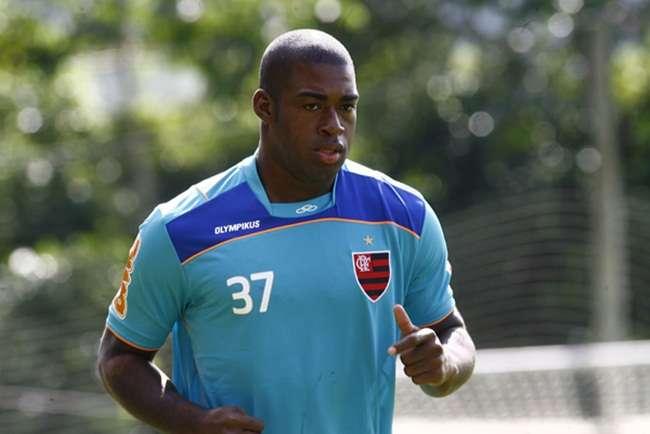 Vila contrata zagueiro Gustavo, ex-Atlético-GO