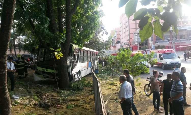 Acidente com ônibus do transporte coletivo deixa vários feridos na Avenida T-10