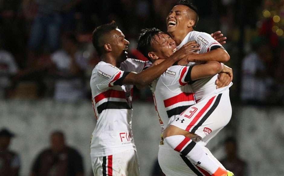 No primeiro jogo sem Bauza, São Paulo derrota o Santa Cruz por 2 a 1 no Recife