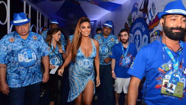 Juliana Paes chega decotada em camarote, no Rio