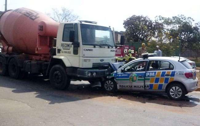 Viatura da PM colide com caminhão no Jardim Atlântico