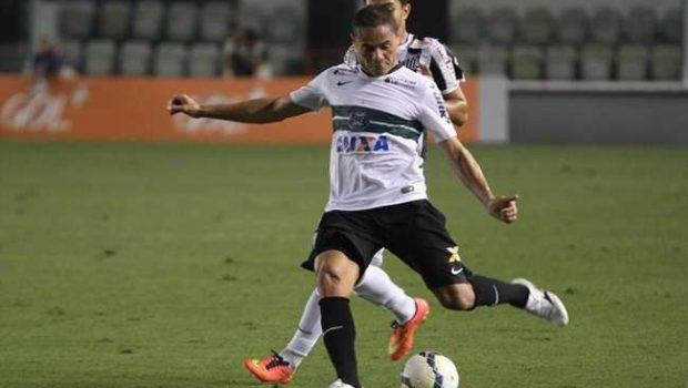 Com golaço de Robinho, Santos bate o Coritiba em casa