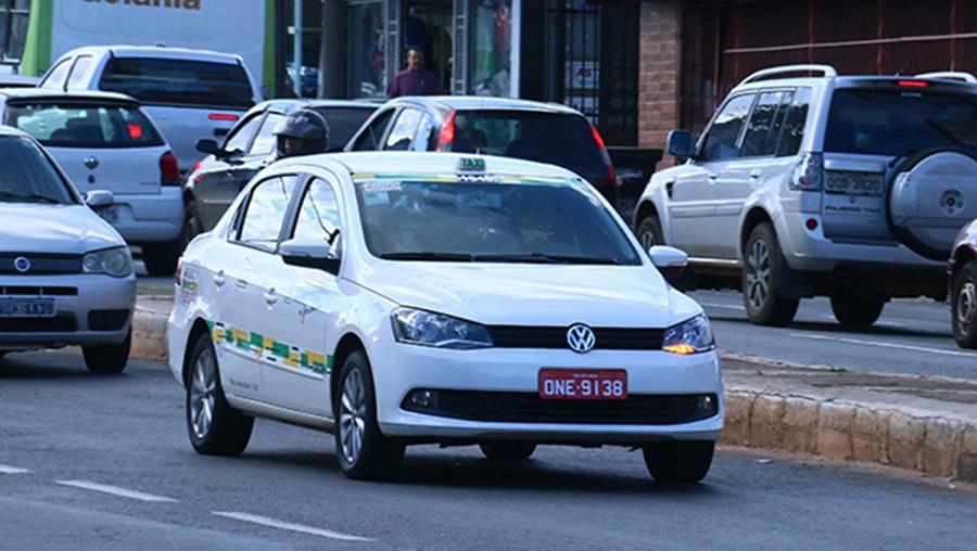 Projeto que obriga taxistas em Goiânia a usar placas de identificação é aprovado