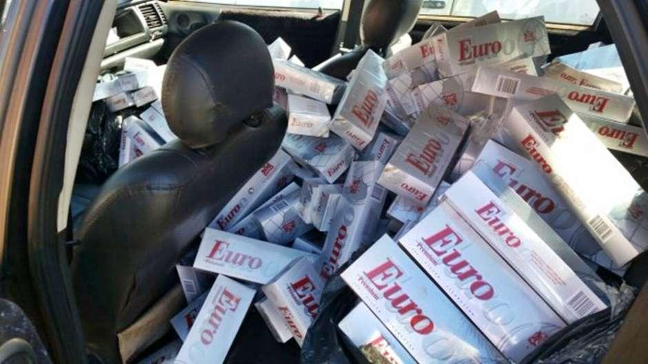 Dupla é presa com 1,8 mil pacotes de cigarro contrabandeado