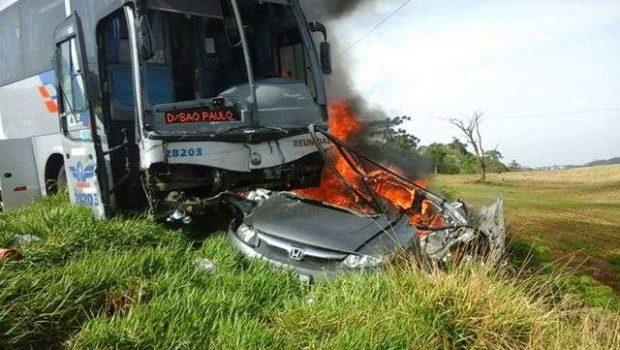 Carro explode em colisão contra ônibus em rodovia no Oeste de Santa Catarina