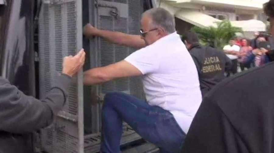 Cachoeira volta para cadeia em camburão da Polícia Federal