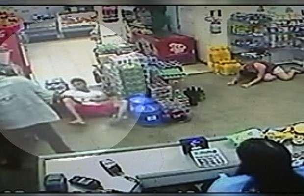 Veja vídeo em que assaltante agride rapaz durante roubo em Catalão