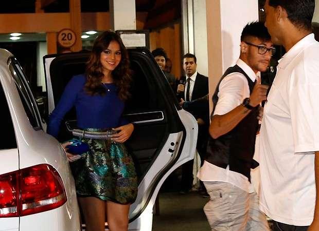 Bruna Marquezine vai acompanhada de Neymar para festa de 'Em Família'