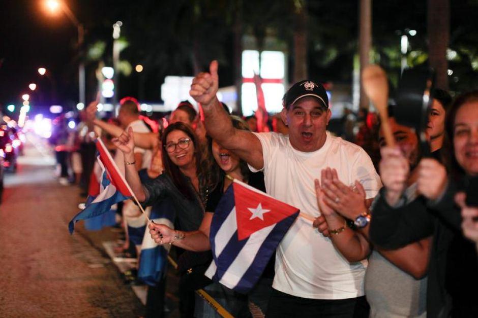 Cuba terá caravana em homenagem a Fidel; cubanos em Miami fazem festa após morte