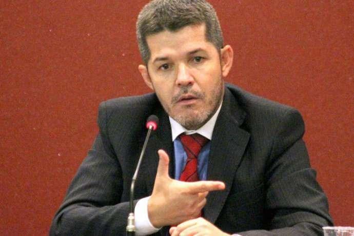Delegado Waldir, que cogita deixar PSDB, se inscreve nas prévias em Goiânia