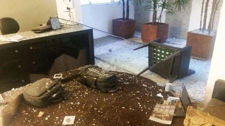Advogado fica ferido após explosão de bomba em seu escritório, em Goiânia