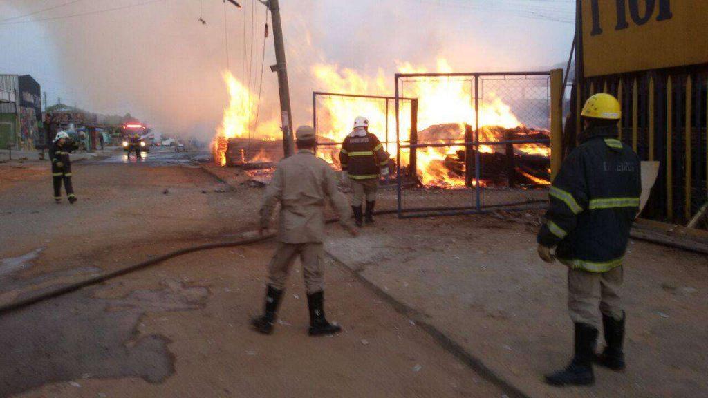 Incêndio em madeireira é controlado e pode ter sido criminoso