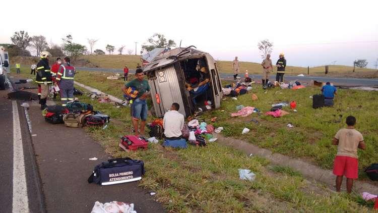 Acidente com ônibus deixa duas pessoas mortas e várias feridas na BR-153, próximo a Morrinhos