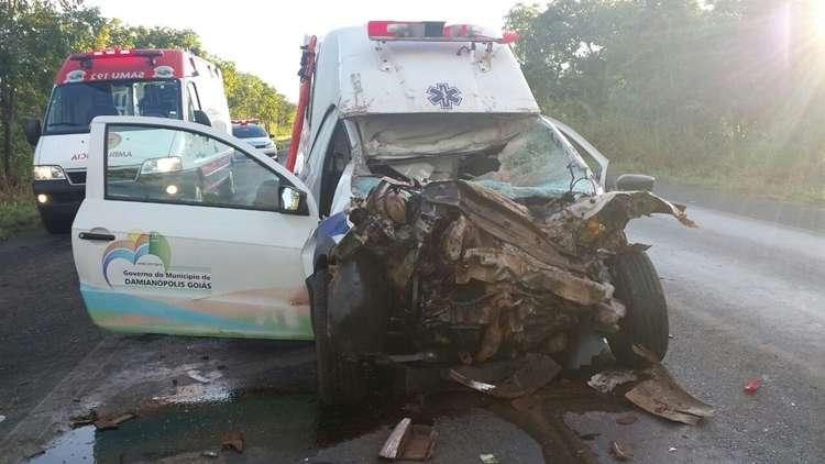 Dois homens morrem em acidente entre ambulância e caminhão na BR-020