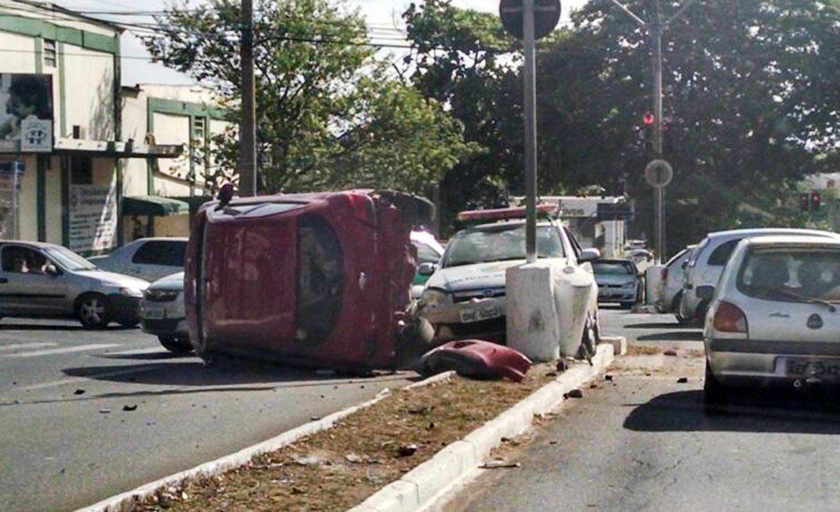 Viatura da PM se envolve em acidente na Avenida T-2