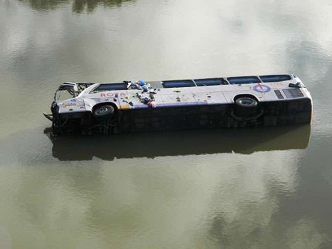 Ônibus cai de ponte e deixa 7 mortos e 28 feridos na BA