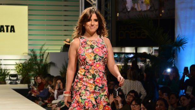 Camilla Camargo desfila em evento de moda, em São Paulo